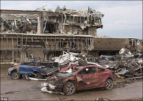 龙卷风过后 美国小城惨烈如战争废墟