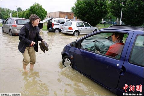 中欧发出紧急洪水警报3人丧生 多国展开防洪