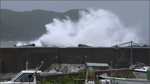 台风登陆吹袭日本 京都市向26万人发出避难指示