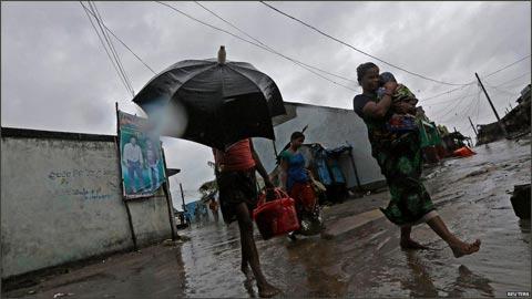 """14年来最强气旋风暴""""费林""""吹袭印度 致14人亡"""