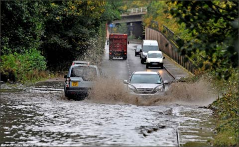 英国多地遭暴雨狂风袭击 逾20条河流发洪水警报