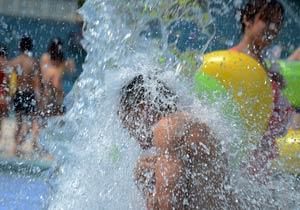 高温袭重庆 市民上演水桶挑战赛