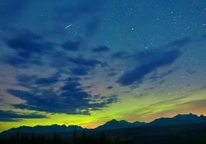 猎户座流星雨:绿色流星划过夜空