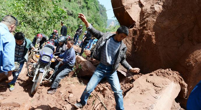4月20日,雅安芦山县地震灾区,龙门乡到宝盛乡和太平镇的县道被大石阻断。(来源:新华网)