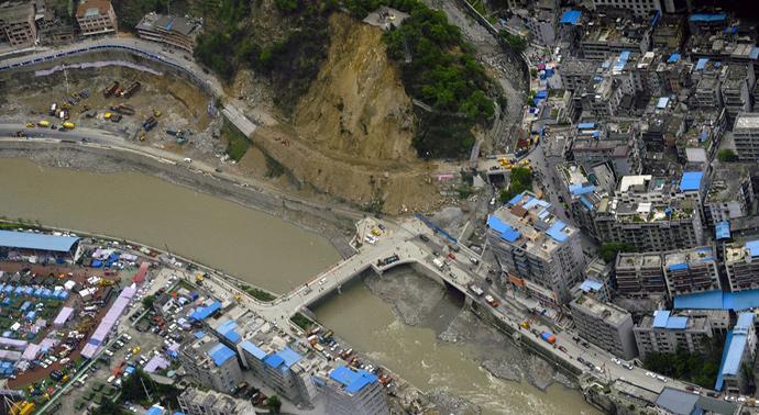 俯瞰地震灾区宝兴县城边的滑坡山体。(来源:中新网)