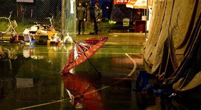 4月23日夜,芦山县城余震不断,降雨持续,震区各安置点都急需做好防雨。(来源:新华网)