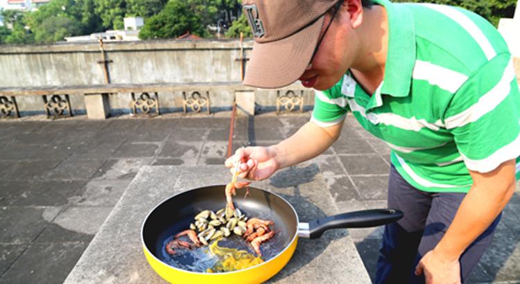 """8月5日,福州市民在露台上进行纯天然环保""""烧烤""""。"""