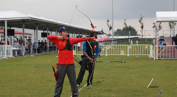 9月6日,在全运会射箭男子个人比赛的赛场上,福建小将戴伟斌风雨无阻,射箭赛场拔头筹。