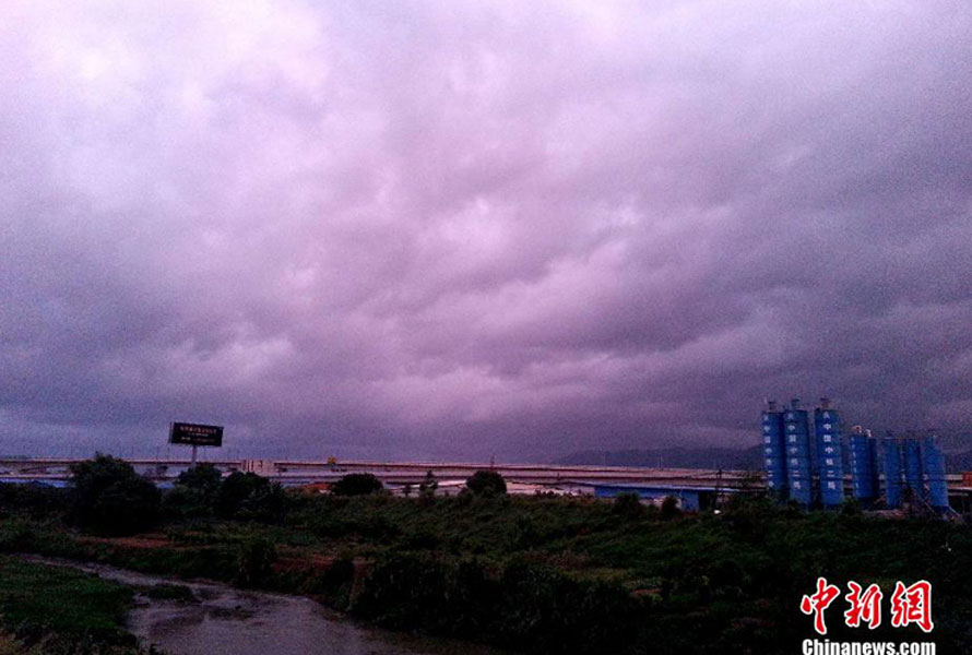 """受超强台风""""天兔""""影响 福州上空乌云压境"""