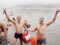 重庆上千冬泳爱好者寒冬渡长江 圣诞节各地阴雨