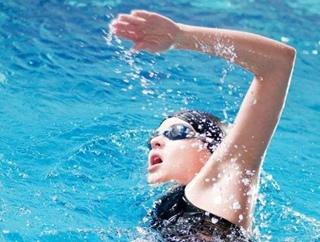 夏天到了 保养脊柱不妨去游泳