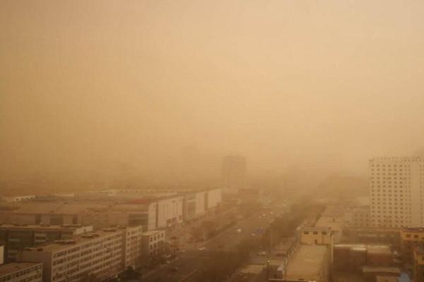 内蒙古辽宁部分地区沙尘漫天 哈尔滨等地或下泥雨