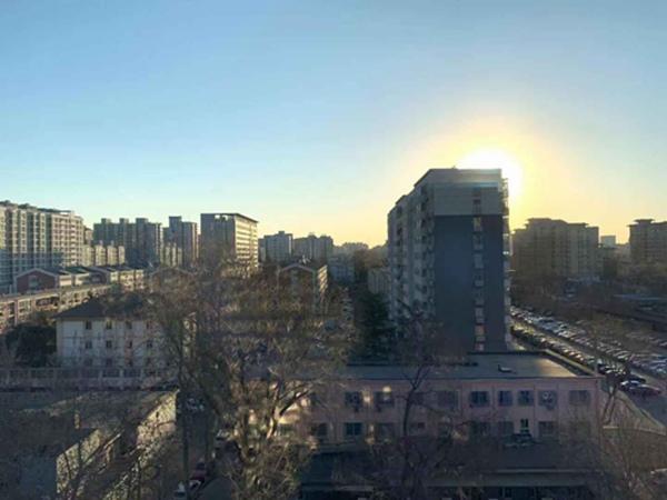 北京大风持续 气温降幅达4℃