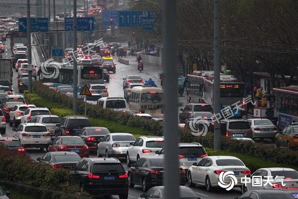 雨雪扰京城 您今早的上班路还顺利吗?