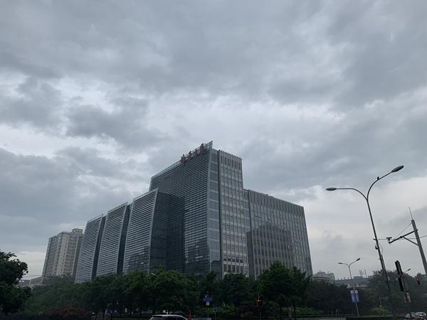 今晨北京雨水扰城 今日最低温仅13℃风力较大