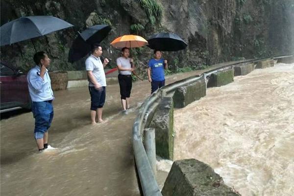 南海热带低压携风雨袭台湾 江南华南高温升级