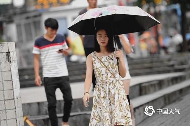 江淮江汉等地强降雨来袭 南方高温消减
