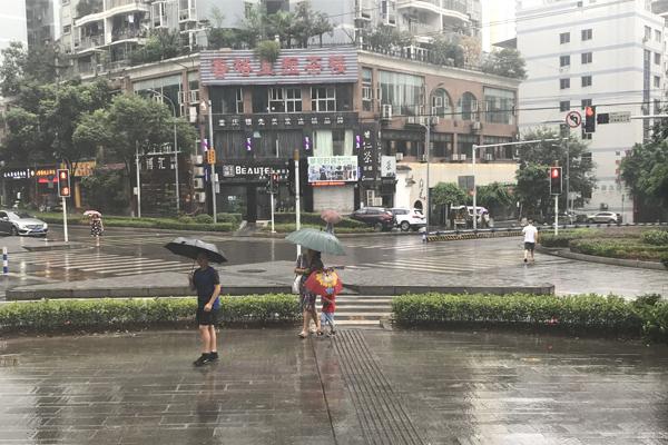"""华西秋雨""""仍在线"""" 北方秋意正浓南方夏日炎炎"""