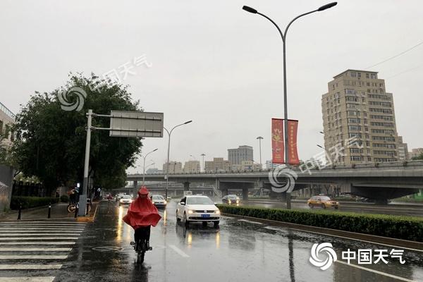 教师节北京雨水影响早高峰 海淀等4区暴雨预警中降温7℃