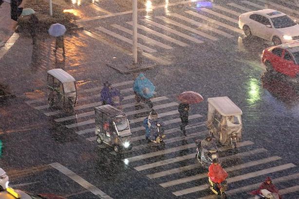 """雨雪横扫中东部 春运首日大范围降水来""""添堵"""""""