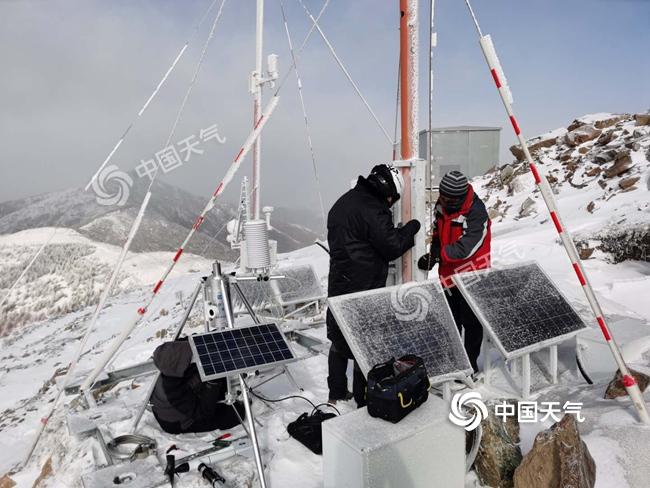 冬奥气象人眼球赛区冰雪寒风中维修自动气象站记