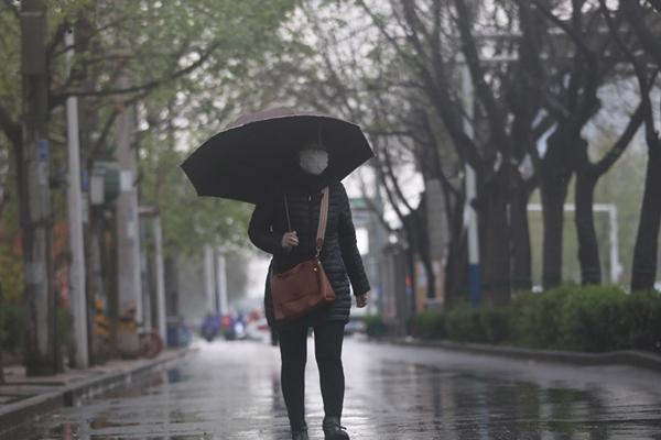 """""""暴躁""""春雨再袭南方 江南等地气温猛跌"""