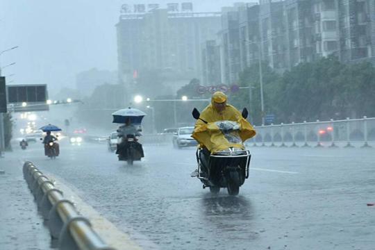"""今后三天南方强降雨再度""""上线"""" 北方降雨降温齐至"""