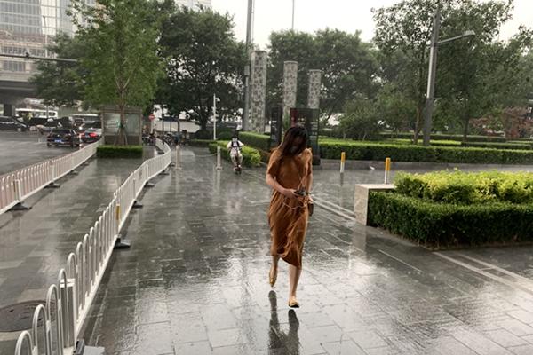 北京雷电大风双预警高挂 入夜后城区雷雨明显
