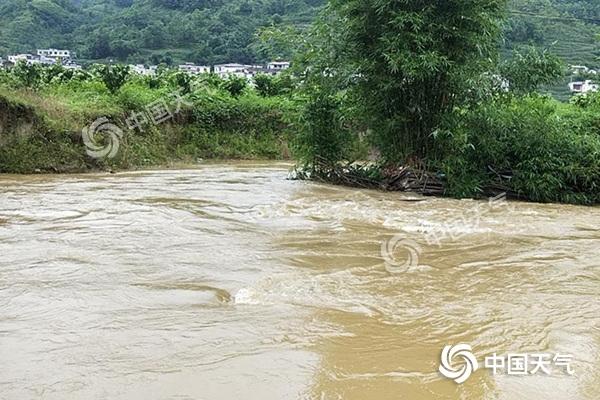 大暴雨侵袭苏皖鄂等5省区 华南等地高温持续
