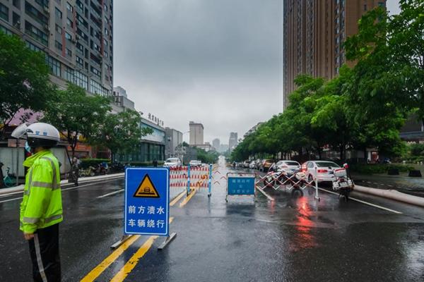 江南等地连遭大暴雨侵袭 高考首日高温南北夹击