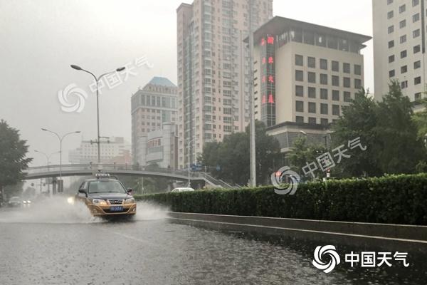 今天白天北京降雨持续西部雨势较强 路面湿滑请注意交通安全