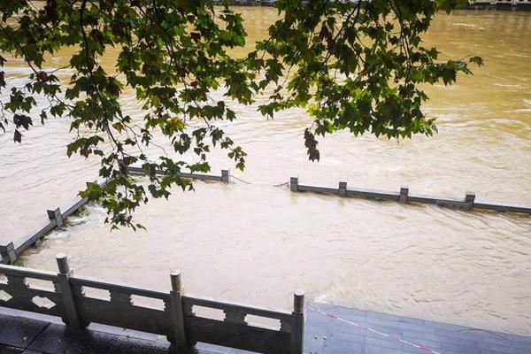华南台风雨来袭 北方多地入秋进行时