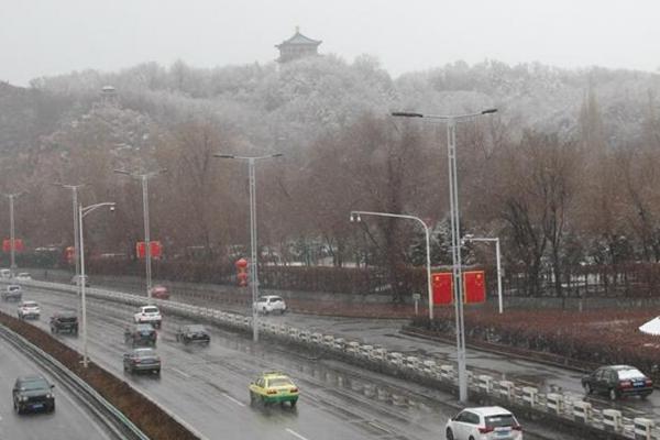 大范围降水降温齐上线 西北飘雪南方飘雨