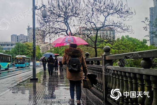 江南局地【暴雨】来袭 北方雨雪降温齐至