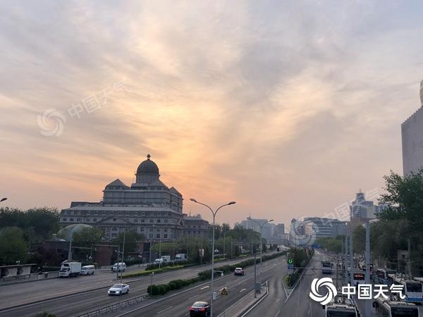今日北京小雨气温降 市民出行需添衣