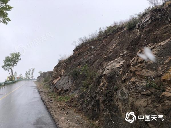 实拍!北京多地4月飞雪 八达岭长城附近雪花纷扬
