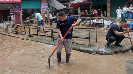 四川盆地强降雨再起 西北江南高温频繁