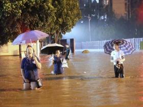 四川遂宁雨如瓢泼  积水深至大腿交通受阻