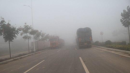 河南孟州西虢镇:大雾弥漫 车辆缓慢前行
