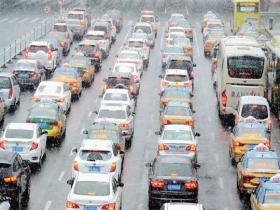 哈尔滨迎降雪 能见度较差影响出行
