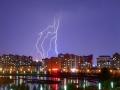 震撼!内蒙古海拉尔遭遇雷暴 闪电夜空中狂舞