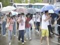 湖北武汉黄石雨不断 高考考生冒雨赶考