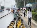 阴雨绵绵!北京早高峰遇降雨 路面湿滑