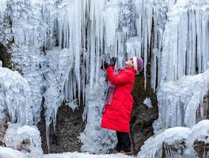 冷!重庆南川金佛山瀑布被冻住
