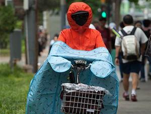 北京街头暴晒 行人防晒避暑各有高招