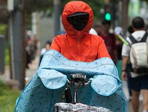 北方迎今年首轮大范围炎热天 行人遮挡严实