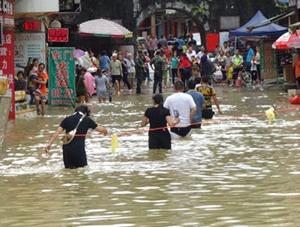 广西多地遭遇强降雨 积水没过行人大腿