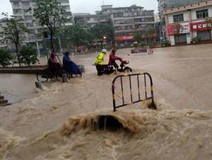 龙舟水发威 广东鹤山多处受浸街道变河道