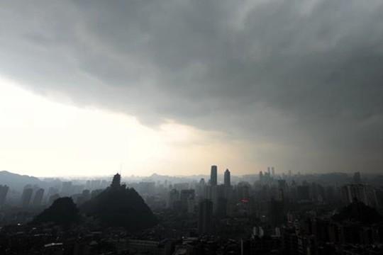 乌云压顶雨水滂沱 贵阳强降雨影响市民出行
