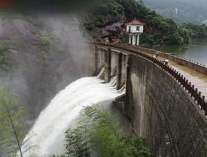 江西:强降雨致农田道■路被淹 水库忙泄洪